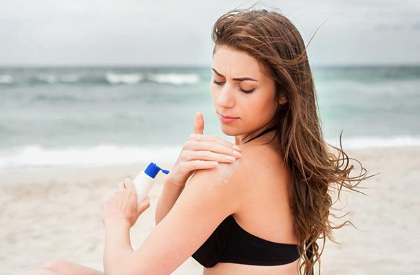 S'appliquer de la crème solaire toutes les deux heures