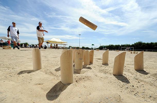 Jouez au Molkky sur la plage