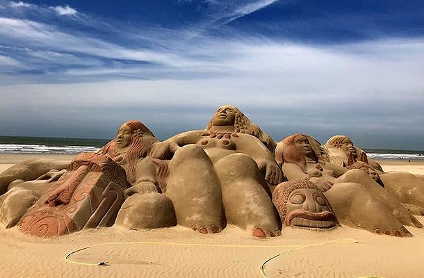Sculpture géante de sable sur la plage des oiseaux – Saint Jean de Monts