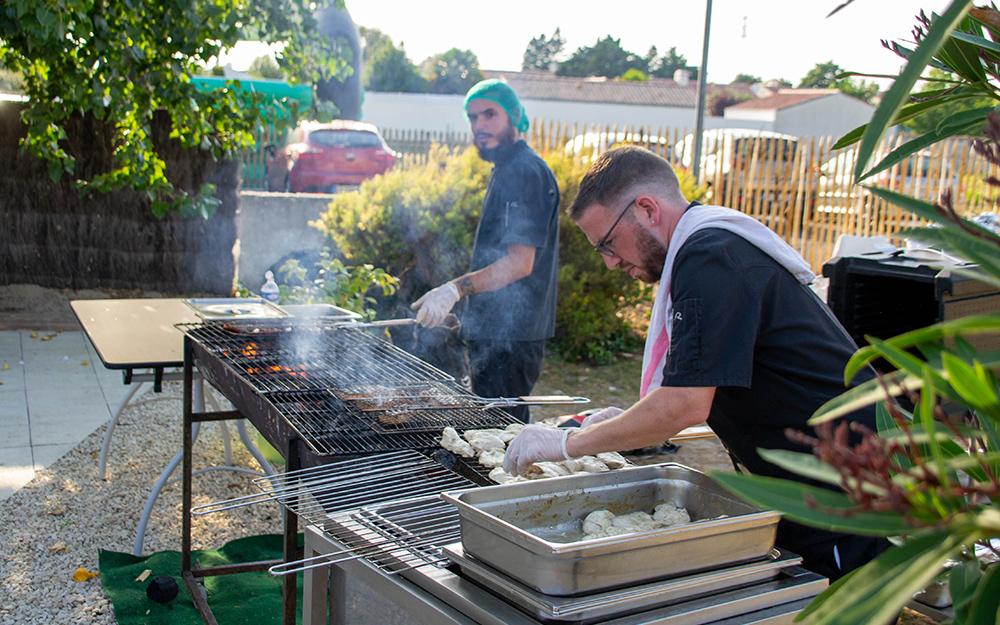 Les cuisiniers en pleine phase de cuisson pour le Barbecue.