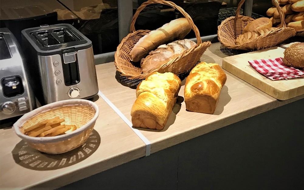 Petit déjeuner de produits locaux avec les bons pains de notre boulanger, producteur local