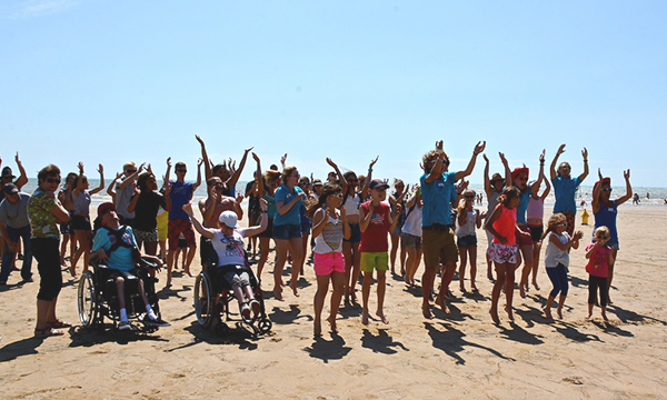 Flash mob en groupe sur la plage